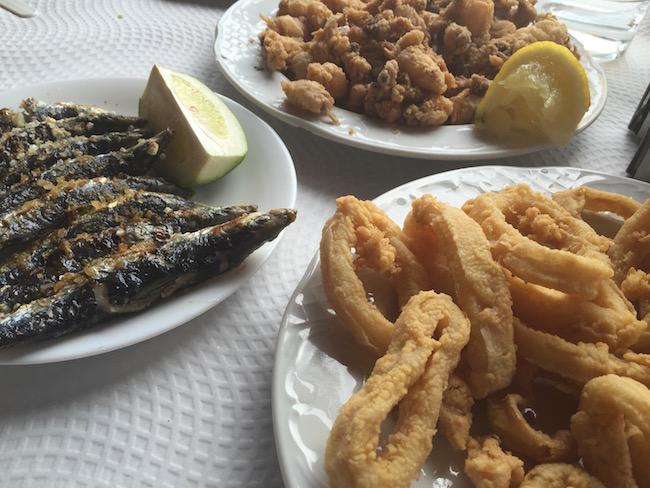 sardientjes, inktvisringen en mini octopus in chiringuito aan strand van Torrox (Zuid Spanje)