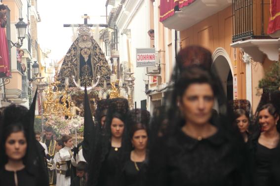 Vrouwen in traditionele zwarte klederdracht (mantilla) tijdens een paasprocessie in Andalusië