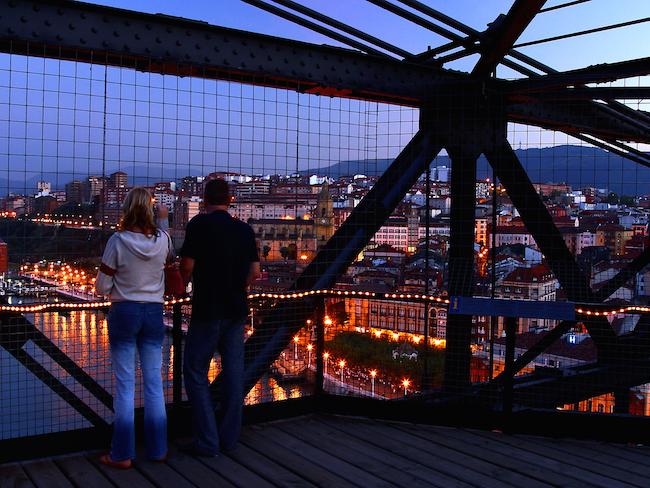 Wandelen over de Hangbrug van Biskaje - tussen Portugalete en Getxo (Bilbao, Baskenland)
