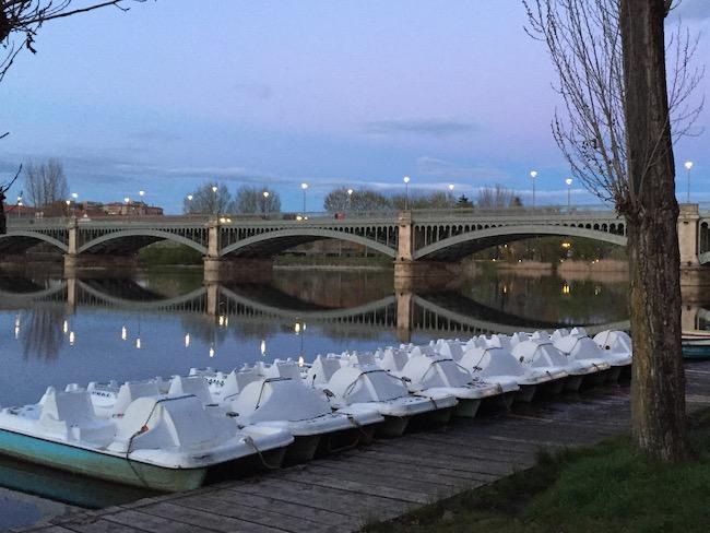 Waterfietsen huren aan oevers van Termes rivier in Salamanca