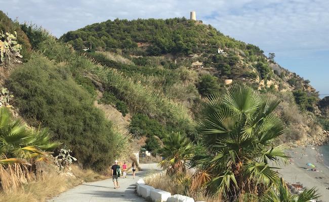 Het laatste stukje te voet afdalen naar Playa de Maro in Andalusië