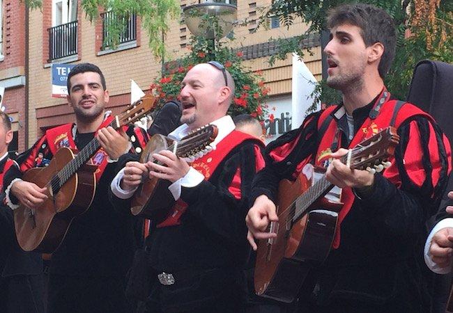Drie Spaanse Romeo's geven al tokkelend een serenade tijdens het Spaanse muziekfestival in Eindhoven