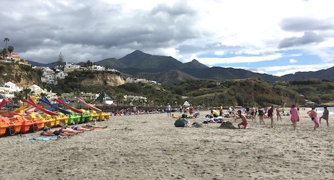 Playa Burriana in Nerja (Costa del Sol, Andalusië, Zuid Spanje)