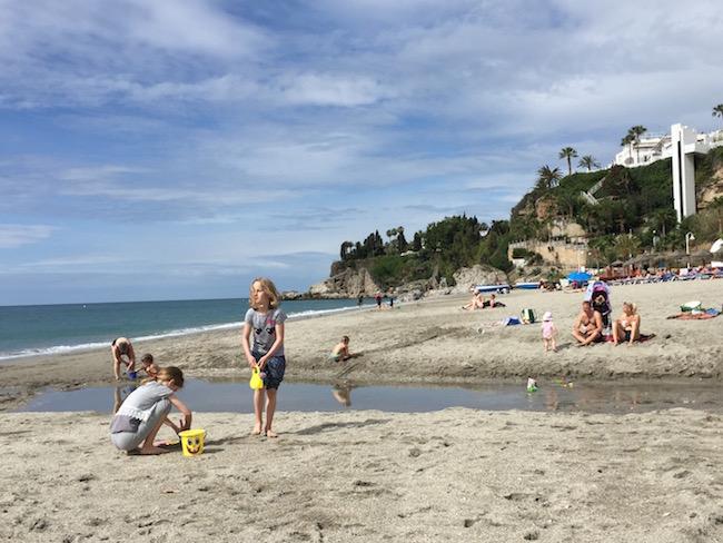 Playa Burriana, met op achtergrond lift van Parador hotel van Nerja (Zuid Spanje)