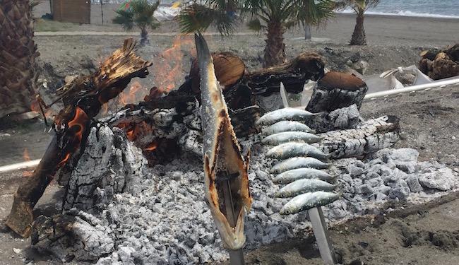 vis aan spies bij Chiringuito aan strand van Torrox (Zuid Spanje)
