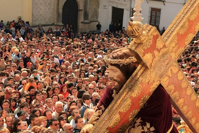 Een opgetogen mensenmassa wacht op de zegening van het paasbrood tijdens de paasprocessie op Goede Vrijdag in Caminos de Pasion plaats Priego de Cordoba