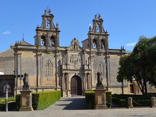 Colegiata van Santa Maria de los Reales Alcazares aan Juan Vazquez de Molina plein in Ubeda (Andalusië)