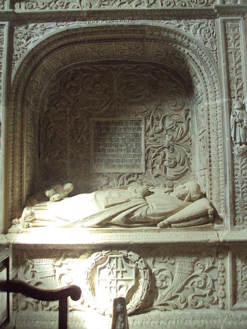 In de Colegiata van Covarrubias bevinden zich de graftombes van o.a. Velasco en Cisneros.