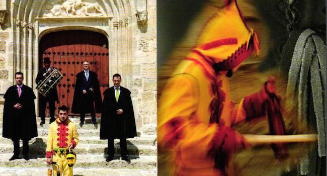 De duivel, trommelaar en mannen van de broederschap tijdens het Colacho feest in Castrillo de Murcia (Castillië en Leon)