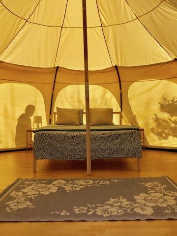 De binnenkant van een van de Belle Lotus tenten van glamping La Nogala in Andalusië