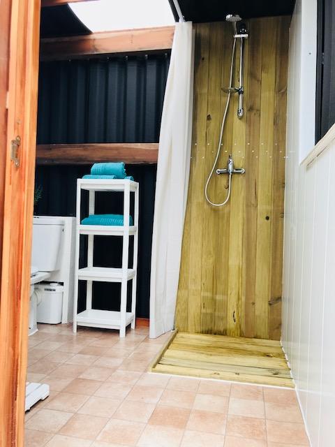 Iedere glamping tent van Glamping La Nogala heeft een eigen douche en toilet.