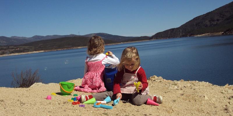 Kinderen spelen aan het bergmeer bij El Berrueco (Madrid)