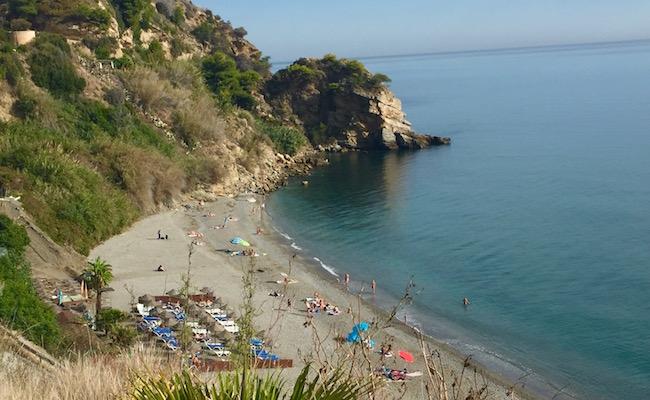 Het Maro strand bij Nerja aan de Costa de Sol in Spanje