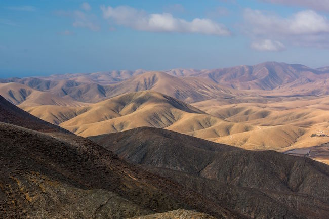 Glooiende heuvels gezien vanaf uitkijkpunt Mirador de Sicasumbre bij Pajara (Fuerteventura, Spanje)