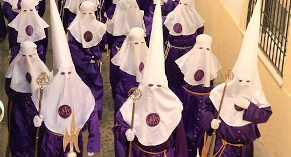 Boetedoeners of Nazarenos tijdens een Semana Santa processie in Andalusië