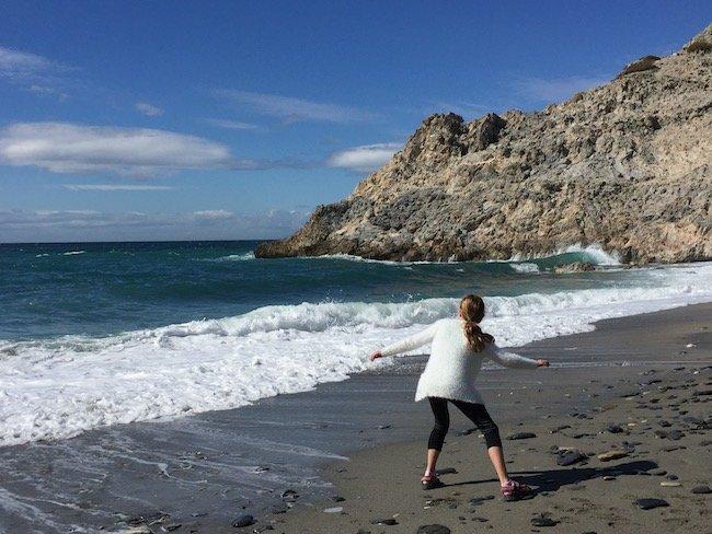 Op Playa Cantarriján liggen vele platte stenen..