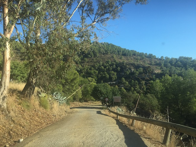 Haarspeldbochtenweg van ruim een km omlaag naar Playa Cantarriján