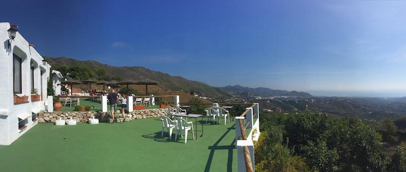 Een heerlijk terras met schitterend uitzicht bij restaurant La Venta de Frigiliana in Andalusië