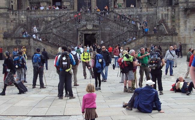 Pelgrims voor de kathedraal van Santiago de Compostela (Noord Spanje)