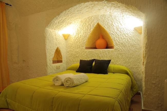 Slaapkamer  in een van de grotwoningen van Cuevas la Chumbera in Benalúa