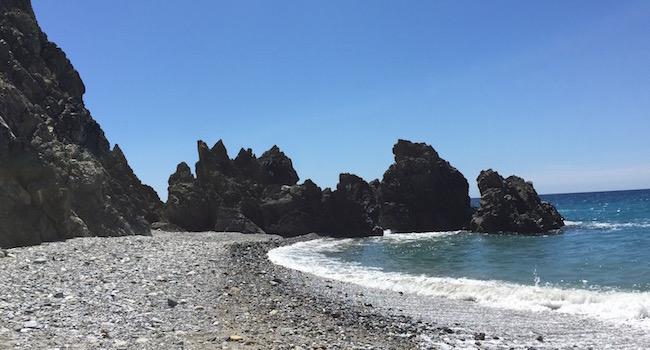 Playa las Alberquillas in een geïsoleerde baai buiten Nerja (Zuid Spanje)