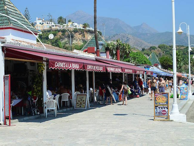 Strandtentjes op Playa Burriana in Nerja (Andalusië, Zuid Spanje)
