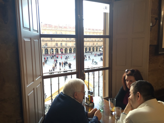 Uitzicht op Plaza Mayor van Salamanca vanuit restaurant Mesón de Cervantes
