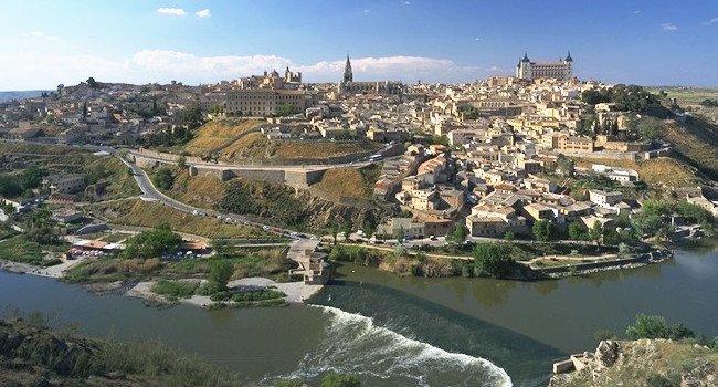UNESCO stad Toledo in Midden Spanje; een Middeleeuwse stad die grotendeels omringd wordt door de Tajo rivier