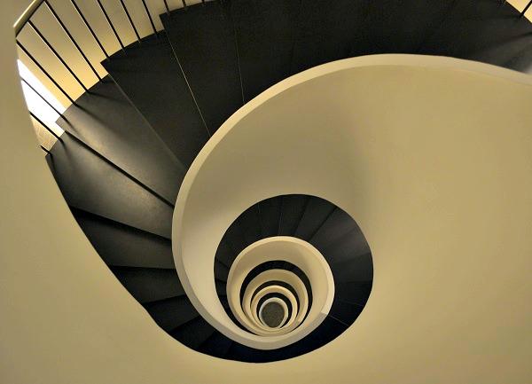 Het door Javier Mariscal ontworpen trappenhuis in Silken Gran Hotel Domine Bilbao