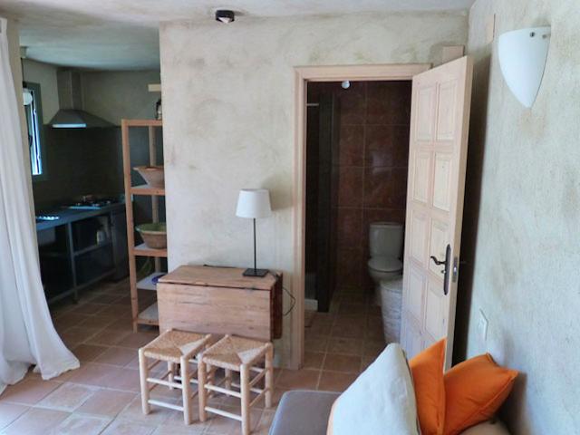 Het eenvoudige interieur van Olivar Cottage