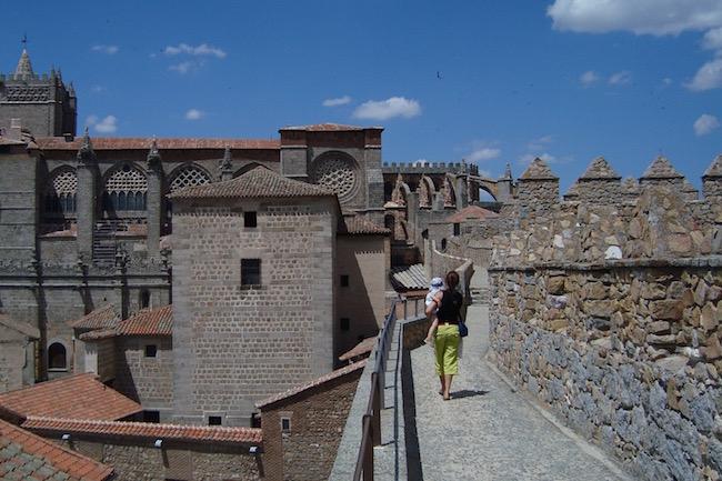 Wandelen over de Middeleeuwse stadsomwalling van Avila in Midden Spanje