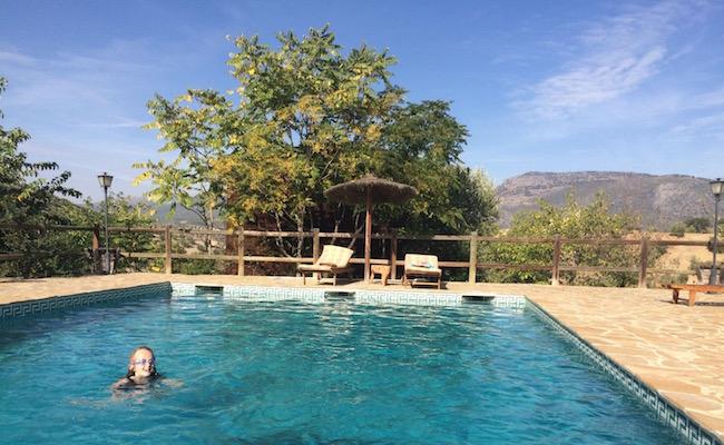 Het zwembad van vakantiehuis La Cabaña bij Cortijo La Mimbre Rural, in het olijvenlandschap van provincie Cordoba (Zuid Spanje)