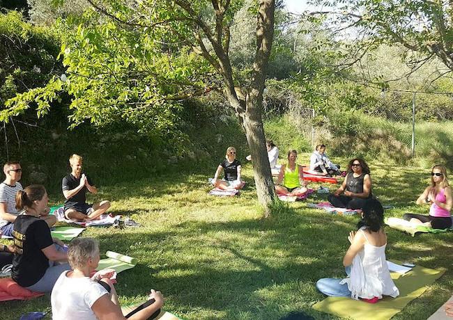 Yoga-lessen voor volwassenen en kinderen in Benalí in de bergen van Valencia