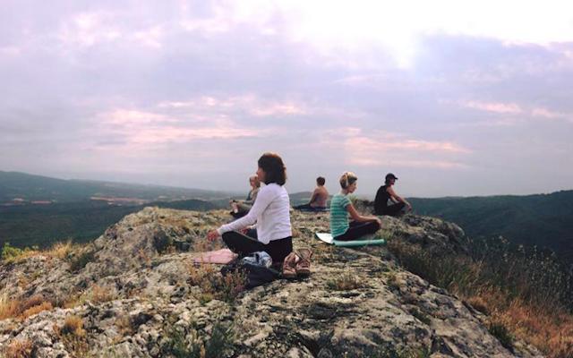 Mediteren op de rots bij bergdorpje Juseu in Aragon
