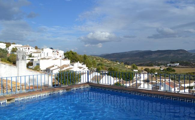 Witte bergdorp Zagrilla Alta vanuit zwembad van vakantiehuis La Ermita (een van vakantiehuizen van La Mimbre Rural) in Andalusië