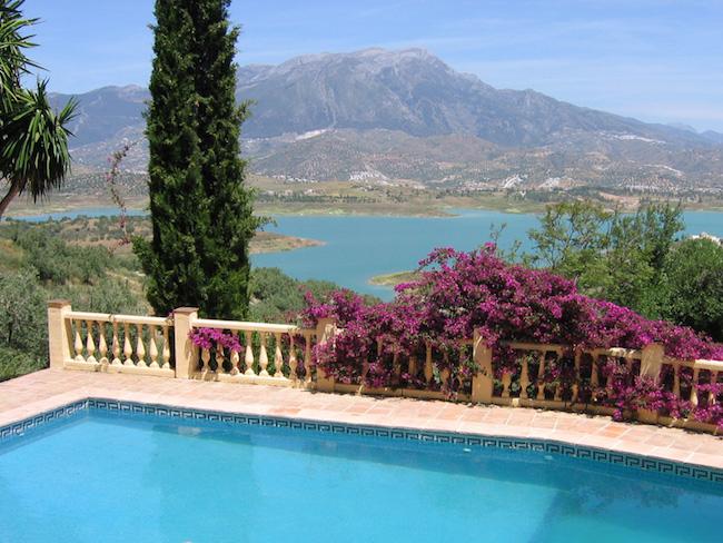 vanuit het zwembad van Castillejos Retreat heb je fantastisch uitzicht op het stuwmeer van Viñuela