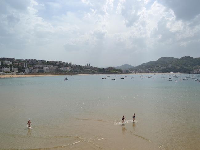 Zwemmen aan het strand van San Sebastian in Noord Spanje